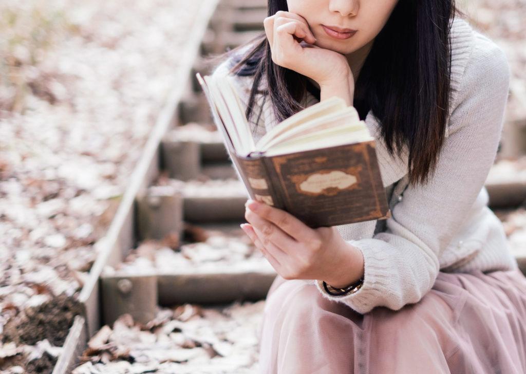 読書にふけっている女性