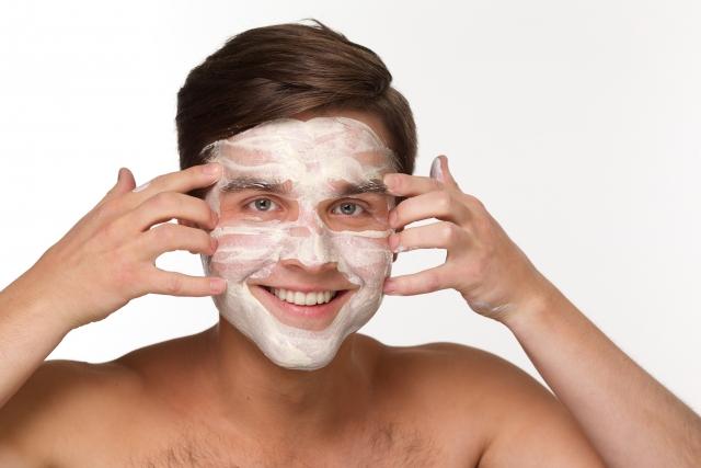 顔にたっぷりの白い日焼け止めを塗った外国人の写真